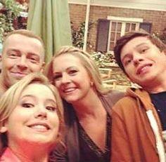Melissa Joan Hart, Taylor Spreitler, Nick Robinson and Joey Lawrence doing a selfie xD