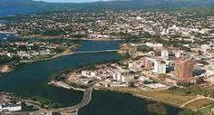 La ciudad de Villa Carlos Paz, ubicada en el corazón de las Sierras de Córdoba, es una de las ciudades favoritas para el turismo en los meses de verano. Enmarcada en el Valle de Punilla, a orillas del Lago San Roque, conjuga playas y paisajes montañosos, enriquecidos por una cartelera teatral famosa en todo el país .