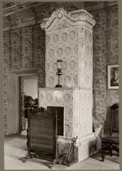 mustan salongin kaakeliuuni Louhisaaren kartanossa. 1700-l