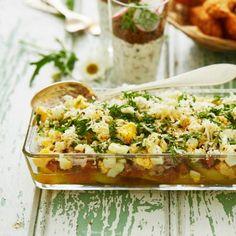 Lerpottasill är en typisk skånsk rätt med matjessill som huvudingrediens. Vi tycker det är den ultimata sommarlunchen, särskilt som den går utmärkt att förbereda. Här väljer vi att bryna smöret som ringlas över och tillsätter rivig pepparrot vid servering.