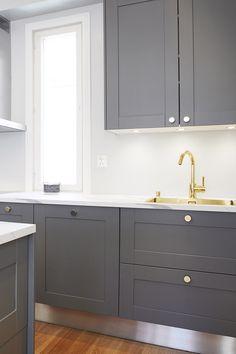 Suuri omakotitalo koki täydellisen muodonmuutoksen ensimmäisen kauden seitsemännessä jaksossa. Upean keittiön vetiminä on käytetty messingöityjä Ligo-nuppeja. #asuntokaupatsokkona #nelonen #jakso7 #vetimet #vedin #nuppi #sisustus #sisustussuunnittelu #keittiö #keittiösuunnittelu #Ligo #messingöity #helatukku Kitchen Cabinets, Home Decor, Decoration Home, Room Decor, Cabinets, Home Interior Design, Dressers, Home Decoration, Kitchen Cupboards