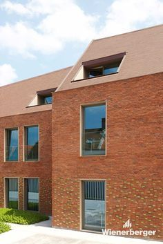 Assisted living facility called Engelendale (Valley of Angels). A ceramic covering with bricks and roof tiles ensured the building's integration into its inner-city surroundings. Copyright: Gino Debruyne & Architecten - Brugge
