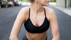 How to find the perfect sports bra for you? Look at your breast shape. Girl Fashion Style, Sport Fashion, Best Sports Bras, Yellow Summer Squash, Bra Video, Business Casual Men, Nike Workout, Fun Snacks For Kids, Sport Photography
