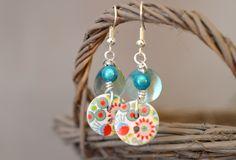 Boucles d'oreilles sans nickel, boutons bois fleurs multicolores et nacres - Bijoux TessNess : Boucles d'oreille par tessness