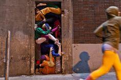 Живые стены из человеческих тел от художника Willi Dorner. (12 фото)