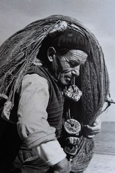Photo Lounge: We love photography Old Pictures, Old Photos, Vintage Photos, Sea Photography, Monochrome Photography, Cultura Judaica, Photo Lovers, Old Fisherman, My Fantasy World