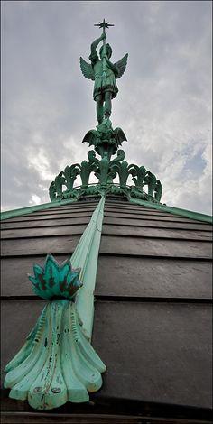 Lyon - San Miguel y el dragón en el techo de la Basílica de Fourvière