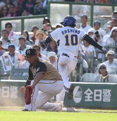 <オ・日>7回2死二、三塁、同点の三塁内野安打を放ち、一塁に駆け込む大城。左は中田      Photo By スポニチ