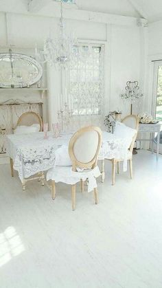 Shabby Chic Dining Room Ideas: Awesome Tables, Chairs And Chandeliers For Your Inspiration Blanc Shabby Chic, Estilo Shabby Chic, Shabby Chic Cottage, Shabby Chic Homes, Shabby Chic Style, Shabby Chic Decor, White Cottage, Shabby Chic Dining Room, Shabby Chic Furniture