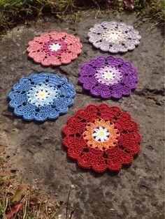 Glasunderlägg med hjärtkant | Crochet Millan, free pat in Swedish