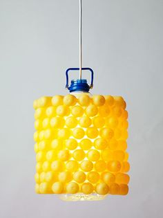 Lámpara fabricada con envases de productos de limpieza y una garrafa de plástico.