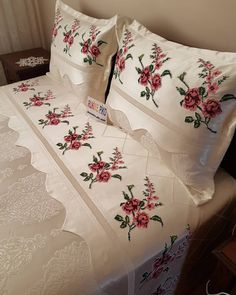 Designer Bed Sheets, Crochet Motif, Bed Spreads, Master Bedroom, Bed Pillows, Pillow Cases, Sewing Projects, Diy Crafts, Embroidery