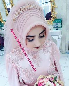 "Tesettür Tasarım & Gelinlik (@aysenazturbantasarim): ""Benim tatli gelinime masallah #tesetturgelinbasi #ankara #ankaragelinbasi #ankaratesettur…"" Muslimah Wedding Dress, Hijab Wedding Dresses, Ceremony Dresses, Designer Wedding Dresses, Bridal Hijab, Hijab Bride, Turban Hijab, Vintage Formal Dresses, Moda Emo"