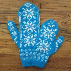 Is there a Frozen-obsessed kid in your life? You're definitely going to love this gorgeous Frozen-inspired mommy and me mittens knitting pattern!