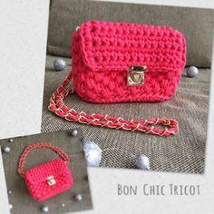 ❤︎チェーンショルダーミニポシェット❤︎ . . 先日postしたミニポーチにチェーンショルダーをつけました♡ チェーンは2重にして使うこともできます✨ . .  春が待ち遠しいこの頃...🌸小物から明るい春カラーを取り入れたいですね❤ . . #handmadebag #hoookedzpagetti #crochet #zpagetti #knitting #instagood #pink #ハンドメイド #ハンドメイドバッグ #チェーンバッグ #チェーンショルダー #ミニポーチ #春気分 #ズパゲッティ #かぎ針編み #大人女子 #コーデ #ママコーデ #ママファッション #大人かわいい #ピンク