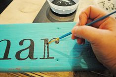 hand paint a wooden sign tutorial, very simple! I must try this for my kids rooms