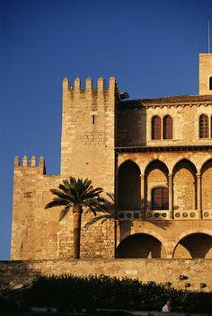 """CASTLES OF SPAIN - Alcázar La Almudaina, es el Alcázar Real de la ciudad de Palma de Mallorca. Este imponente alcázar, conocido en la época árabe con el nombre de """"Zuda"""", fue reedificado en 1309 por el rey Jaime II. En La Almudaina tuvieron sucesivamente su corte los monarcas del reino de Mallorca, los de Aragón y los de España. Actualmente es una de las residencias de la Familia Real Española, gestionada por el organismo Patrimonio Nacional."""