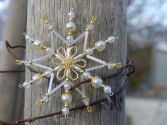 Vánoční ozdoba - zlatobílá hvězdička Vánoční hvězdička z korálků a perliček, broušených korálků na pevné drátěné konstrukci , velikost 10 cm v barvách zlatá a porcelánově bílá