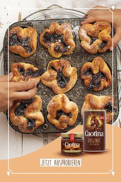 Klassisch und doch speziell. Die Schoggi-Brötli mit Caotina Crème Chocolat haben das Potential, zum Brunchliebling aufzusteigen. Versüsst garantiert jeden Osterbrunch - oder jeden anderen Tag. Creme, Dessert Recipes, Desserts, Bagel, Doughnut, Genre, Cooking, Unique, Food