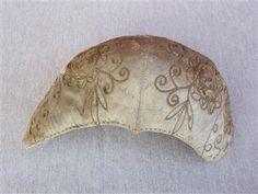 Tykkimyssy, koppamyssy | Kuvaus:Luonnonvalkoinen päällikangas silkkiä, vuorikangas punavalkoraidallinen pellavaa. Päällikankaaseen on kirjottu kukkakuvioita. Myssyn etureuna on nipukallinen. | Mitat:p. 31cm, l. 17,5cm | Museo:Hinnerjoen Kotiseutuyhdistys ry, esinenumero8291:0