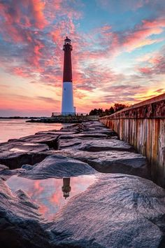 """«Barnegat Lighthouse or Barnegat Light, colloquially known as """"Old Barney"""", is a historic lighthouse located in Barnegat Lighthouse State Park on the northern tip of Long Beach Island, in the borough of Barnegat Light, Ocean County, New Jersey, United States, on the south side of Barnegat Inlet»."""
