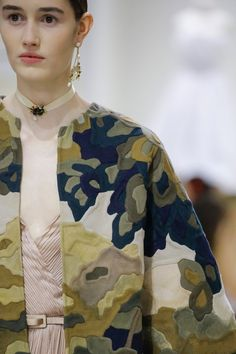 Christian Dior Fall 2018 Couture by Maria Grazia Chiuri Dior Haute Couture, Christian Dior Couture, Fashion Details, Fashion Design, Couture Details, Fashion Show, Fashion Trends, Fashion Fashion, 1950s Fashion
