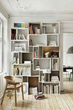 壁まである棚。ベッドとの仕切りか壁。 今あるのを背中板を抜いて使うか?