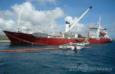 エクアドルのガラパゴス国立公園管理局(Galapagos National Park Directorate)が提供した、ガラパゴス諸島(Galapagos Islands)サン・クリストバル(San Cristobal)島沖で座礁した貨物船の写真(2014年5月13日撮影、同日提供)。(c)AFP/GALAPAGOS NATIONAL PARK ▼17May2014AFP|ガラパゴス諸島の座礁事故、環境緊急事態を宣言 http://www.afpbb.com/articles/-/3015151 #Galapagos_Islands #San_Cristobal