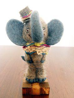 フェルト羊毛で作成した自立するゾウです。ウサギ、ブタ、サル、ゾウで構成される「Party4」というグループの一員です。帽子やストールを身に付けたちょっとオシャ...|ハンドメイド、手作り、手仕事品の通販・販売・購入ならCreema。