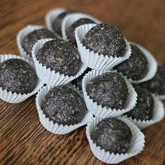 Do mixéru vložíme slunečnicová semínka, která se snažíme co nejvíce rozmixovat.Přidáme mletý mák, kokos a agávový sirup.Mixujeme tak dlouho,… Healthy Sweets, Mini Cupcakes, Seeds, Food And Drink, Keto, Baking, Breakfast, Desserts, Recipes