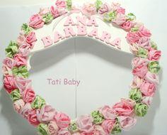 Esta é uma ótima opção de enfeite de porta de maternidade. Fabricamos em diversas cores!!!! São dezenas de mini rosas delicadamente colocadas umas sobre as outras. O nome do bebê é também em mdf. R$140,00