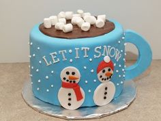 Let it snow mug cake food cake christmas xmas christmas food christmas treats Christmas Cake Designs, Christmas Cake Decorations, Christmas Cupcakes, Christmas Sweets, Christmas Cooking, Holiday Cakes, Xmas Cakes, Christmas Snowman, Chocolate Christmas Cake