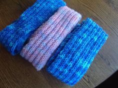 A hand knit scarf can be a special present for a child. This knitting pattern is very simple and if you know how to cast on, knit and purl, you can do it. Knitting For Charity, Knitting For Kids, Knitting For Beginners, Loom Knitting, Knitting Projects, Hand Knitting, Knitting Scarves, Knitting Needles, Beginner Knit Scarf