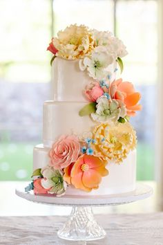 Gorgeous wedding cake | Absolutely Loved Photography | see more on: http://burnettsboards.com/2015/12/hawaii-wedding-thats-not-beach/