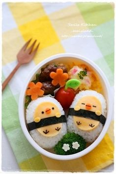 Chicks onigiri bento (made from rice, cheese, carrots, and nori) No Cook Meals, Kids Meals, Desserts Japonais, Cute Food, Yummy Food, Japanese Food Art, Japanese Lunch Box, Bento Kids, Cute Bento Boxes