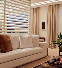 Embutidas no forro, atrás do brise de madeira laqueada, lâmpadas de LED evidenciam a estrutura que funciona como divisória do estar. O projeto de interiores é do arquiteto Dado Castello Branco.