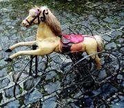 Cheval mécanique de fabrication française en bois, métal et bronze avec chaîne de Vaucanson entraînant les deux roues arrières par une manivelle située sur la tête du cheval.