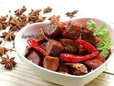 豆乾是由豆類製成,含有均衡的植物性蛋白質及豐富的營養元素。利用芝麻香油及小火煸出薑片的香氣,加入朝天椒及花椒等天然辛香料就能做出麻辣夠勁的滷豆干,不只好吃...