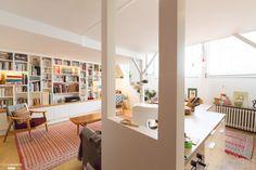 Cuisine ouverte et décoration éclectique dans cet appartement parisien atypique. L'enjeu était de conserver et respecter la nature du lieu tout en l'adaptant aux standards de confort actuels. - Plus de photos sur Côté Maison