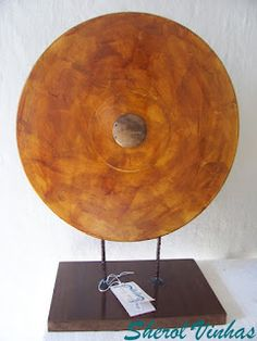 Esculturas de mesa de discos de vinil, ferro e madeira de demolição, e jornal  Sculptures table vinyl, iron and demolition wood, and paper