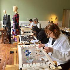 Jaarprogramma Broderie d'Art Tijdens dit part time programma leer je de geheimen van haute couture borduurwerk kennen, en ga leer je vanuit inspiratie zelf borduurontwerpen te realiseren. Dit kan een kickstart zijn voor een nieuwe, creatieve toekomst! Laat je inspireren en kom kijken in het atelier. Donderdag 14 februari 2019 is er een informatieavond over dit jaarprogramma. Je bent van harte welkom.