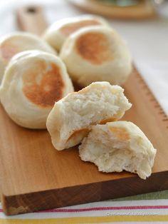 フライパンで作る・クィックもっちりパン by 西山京子/ちょりママ / フライパンで作るもっちり食感の白パンです。一次発酵はレンジで、二次発酵はなしのスピード手作りパン!そのまま食べたり、チーズを入れても美味しいですよ♪アツアツをぜひどうぞ。 / Nadia