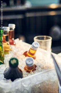 Buiten eten? Dat is zowat het leukste aan mooi weer! Vergeet de drankjes niet! Vul een plastieken bak met ijsblokken en zet je favoriete drankjes koud! Laat het feest beginnen! SAMLA Bak, 5,99/st. #IKEABE #IKEAidee The weather is nice … time to eat in the open air! Don't forget the drinks! Fill a plastic box with ice and put your favorite drinks on display! Let the party begin! SAMLA Box, 5,99/pce. #IKEABE #IKEAidea