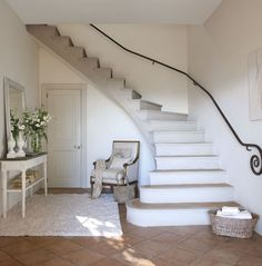This country house with a light atmosphere and a touch of romance is located in Spanish Andalusia, but it clearly has French roots - after all, the ✌Pufikhomes - source of home inspiration Home, Chic Interior Design, Staircase Design, Country Decor, Beautiful Interiors, Country Style Homes, Country House Decor, Shabby Chic Homes, French House