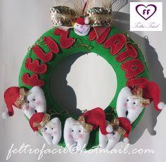 Feltro Fácil: Julho 2015 Felt Christmas Ornaments, Christmas Decorations, Christmas Tree, Holiday Decor, Felt Garland, Xmas Crafts, Fabric Dolls, Centerpieces, Wreaths