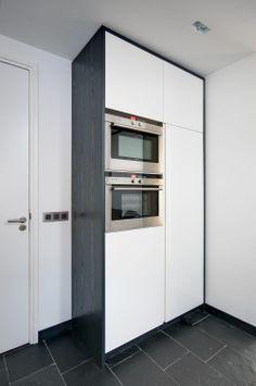VRI interieur design keuken modern wit met RVS, houten laden en een stenen blad