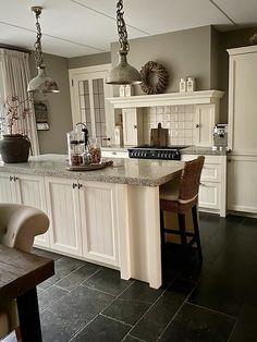Modern Farmhouse Kitchens, Farmhouse Kitchen Decor, Home Kitchens, Kitchen Wall Colors, Kitchen Stove, Spring Home Decor, Interior Design Kitchen, Home And Living, Cottage