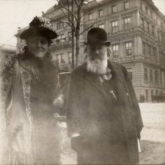 Composer Johannes Brahms taking a stroll in Vienna with the lieder singer Alice Barbi towards the Ringstrasse (in front of the Hotel Imperial), Sound Of Music, Music Love, Music Is Life, Music Music, Romantic Period Music, Classical Music Composers, People Of Interest, Historical Photos, Vintage Photos