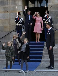 De koninklijke standaard wapperde ook vannacht nog op het paleis op de Dam. De nieuwe koning overnachtte  met zijn vrouw en drie dochters in het paleis in de hoofdstad. Rond 12.00 uur vanmiddag verliet het gezin het paleis en kon de vlag worden gestreken. 01-05-2013