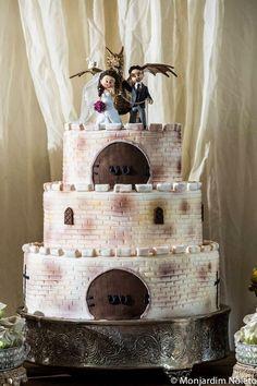 Casamento Medieval Mariana & Antenor. Os noivos são fãs de George R.R. Martin, RPG e Dungeons & Dragons e resolveram levar esse mundo de batalhas e romance para o casamento. #criatividade #wedding #ideas